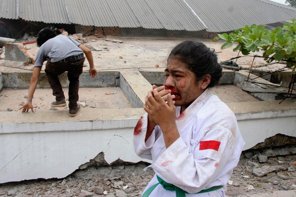 2. Раненная девочка плачет во время эвакуации сразу после землетрясения в Паданге на острове Суматра 30 сентября 2009 года. (REUTERS/Muhammad Fitrah/Singgalang Newspaper)