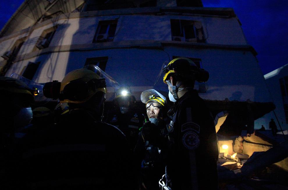 5. Спасатели из ОАЭ встретились у отеля «Амбаканг» перед началом ночного дежурства в субботу 3 октября 2009 года в Паданге, Индонезия. (AP Photo/Wong Maye-E)