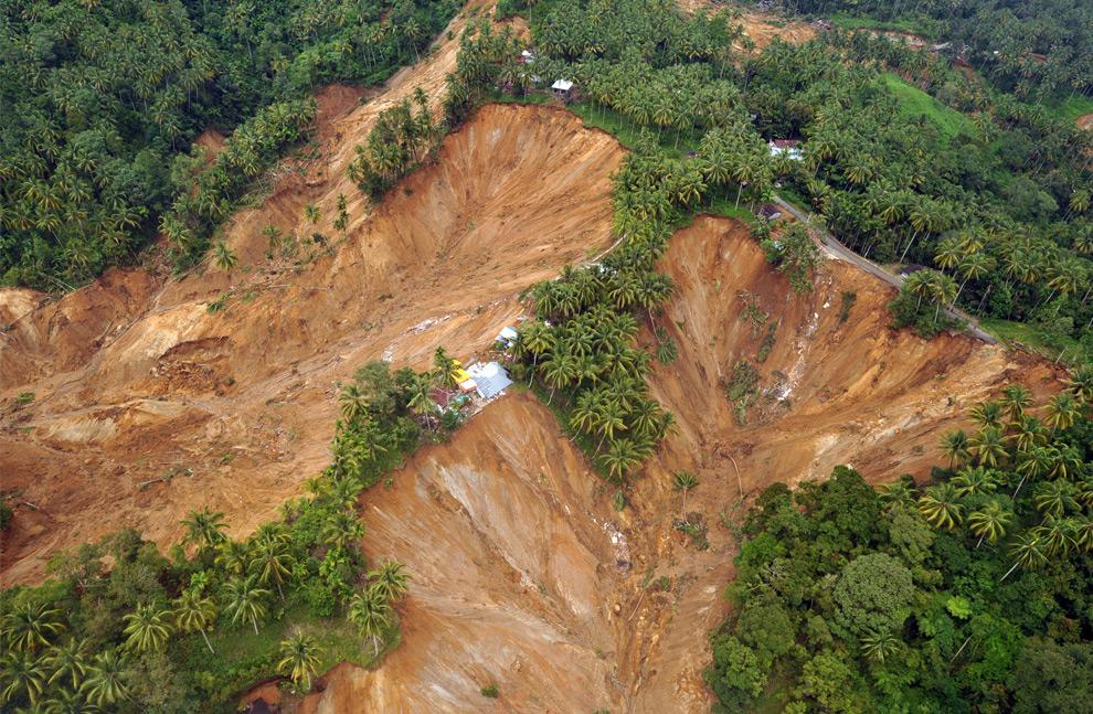 7. Вид с воздуха на поврежденные оползнем земли после землетрясения в Париамане 4 октября 2009 года. (ADEK BERRY/AFP/Getty Images)