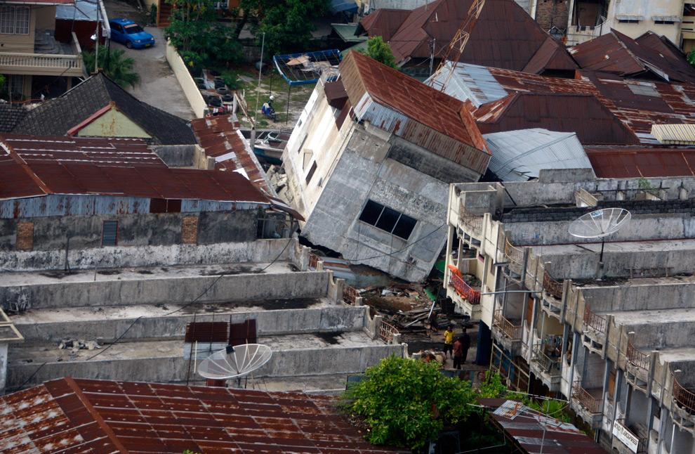 9. На этом снимке, сделанном 3 октября 2009 года, можно увидеть сдвинутое землетрясением здание в Паданге, Индонезия. (AP Photo/Dita Alangkara)