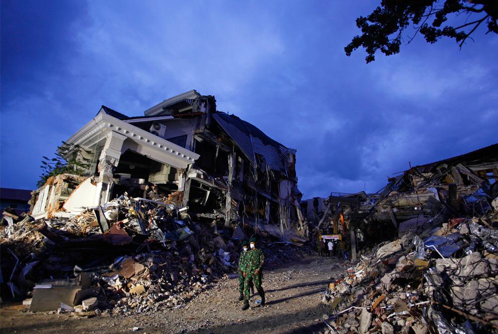 20. Спасатель проходит мимо отеля «Амбаканг», уничтоженного землетрясением в Паданге, провинция Западная Суматра, 4 октября 2009 года. (REUTERS/Nicky Loh)