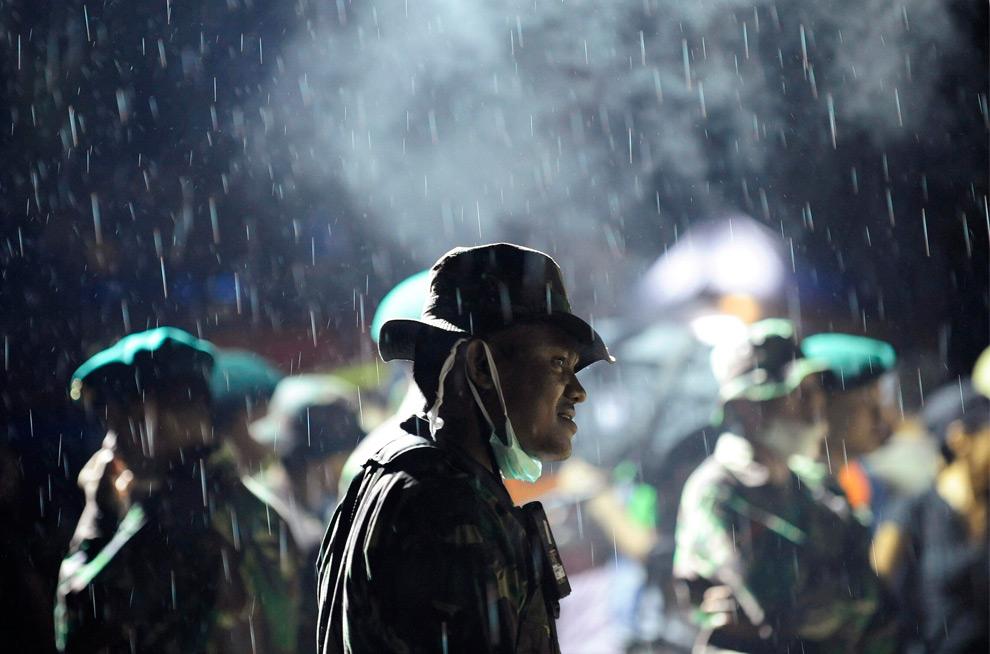 22. Солдаты под дождем во время спасательных работ в отеле в Паданге, провинция Западная Суматра, 4 октября 2009 года. (REUTERS/Dylan Martinez)