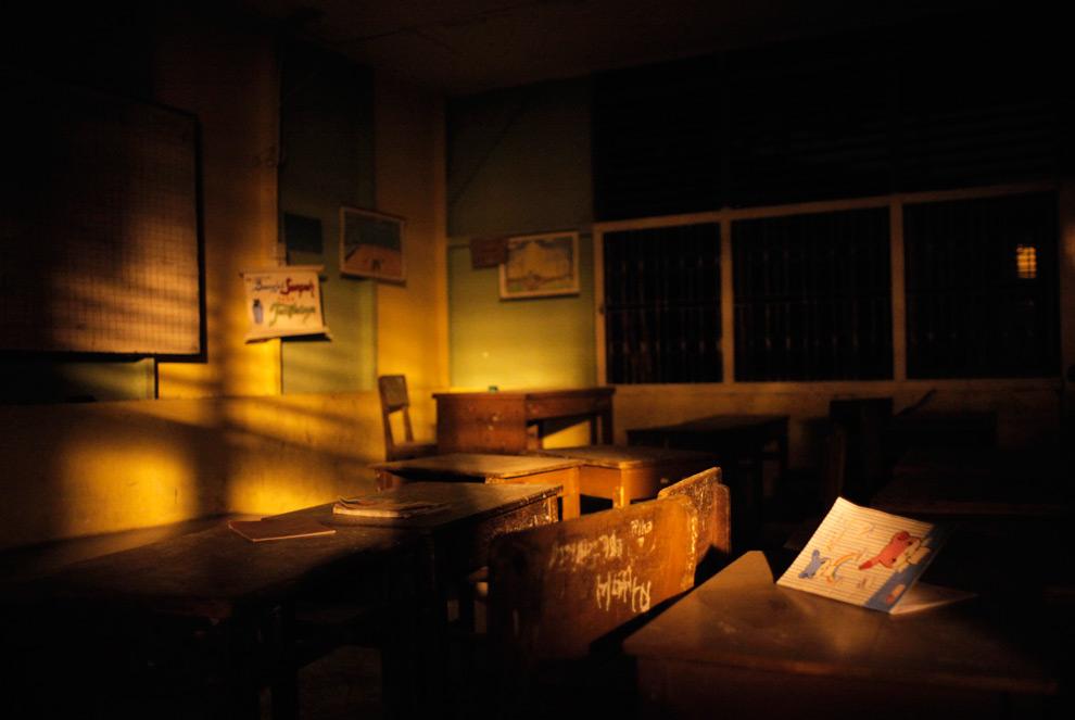 25. Пустой класс в разрушенном колледже Пулау Карам в Паданге, Индонезия, в воскресенье 4 октября 2009 года. (AP Photo/Thibault Camus)