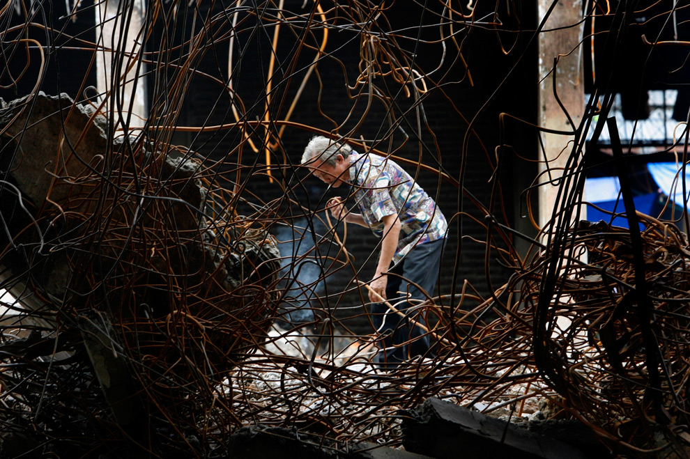 30. Мужчина ищет металлолом на разрушенном землетрясением рынке в понедельник 5 октября в Паданге, Индонезия. (AP Photo/Wong Maye-E)