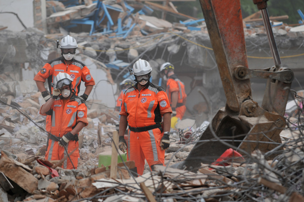 31. Швейцарская спасательная команда пытается найти погибших в Паданге 4 октября 2009 года после того, как 7,6-балльное землетрясение ударило по острову 30 сентября. (BAY ISMOYO/AFP/Getty Images)