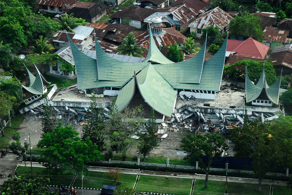 35. Здание, построенное в традиционном стиле населяющего Суматру народа минангкабау, разрушенно землетрясением, в Паданге, Западная Суматра, Индонезия, 2 октября 2009 года. (AP Photo/Yasser Arafat)