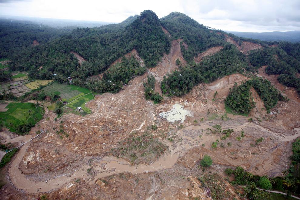 37. Вид с воздуха территории, поврежденной оползнями в Паданге, Западная Суматра, Индонезия. Снимок сделан в субботу 3 октября 2009 года. (AP Photo/Dita Alangkara)
