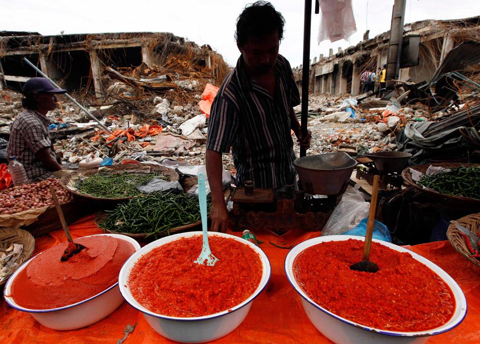 39. Мужчина продает молотый чили на рынке, разрушенном землетрясением в Паданге, провинция Западная Суматра, 5 октября 2009 года. (REUTERS/Enny Nuraheni)
