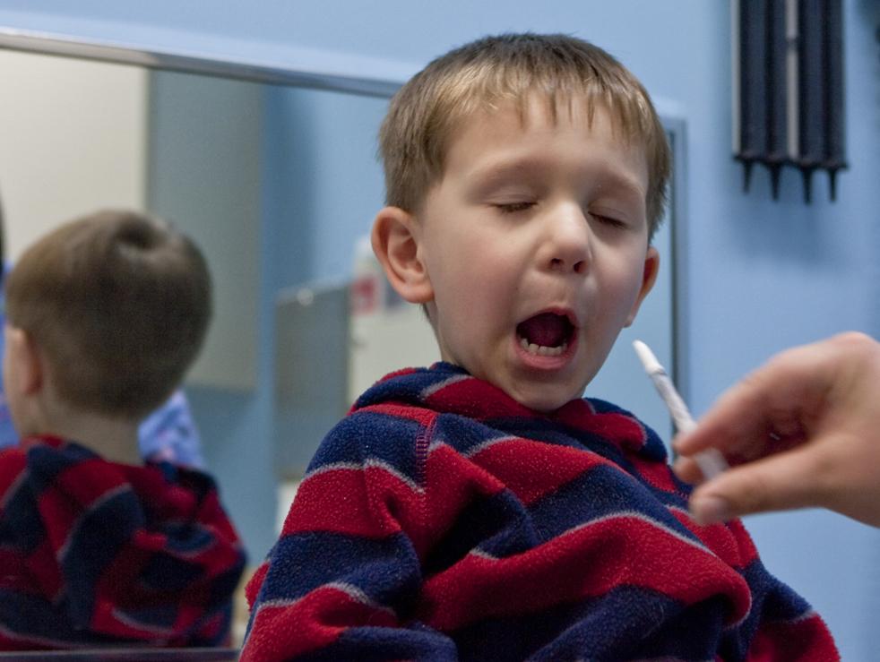1. Реакция трехлетнего Клэйтона Мэтисона из Омахи, штат Небраска, на вакцину от свиного гриппа, которую ему ввели через нос, в клинике Омахи во вторник 6 октября. (AP / Nati Harnik)