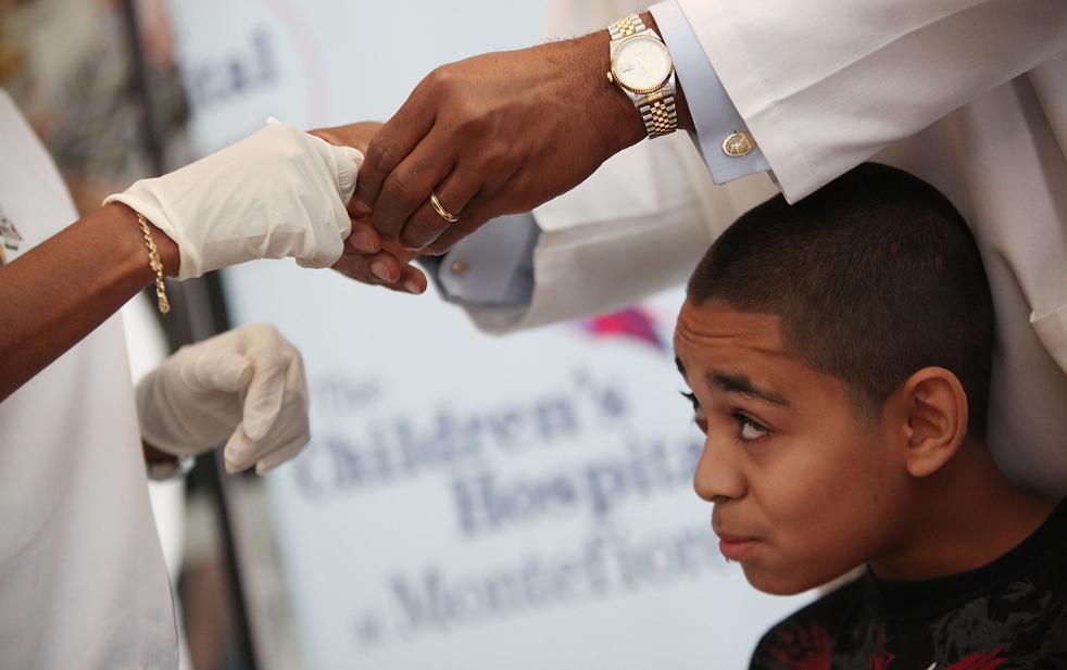 10. Доза вакцины в виде спрея в нос против вируса H1N1 готовится для 13-летнего Брэндона Марти в медицинском центре Монтефьор 6 октября в районе Нью-Йорка Бронкс. Около 68 000 доз вакцины доставили в город и еще около 560 были введены за день до этого. По программе первые дозы были введены медработникам и детям. (Getty Images / Mario Tama)