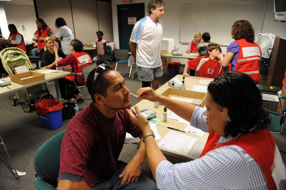 15. Пациентам вводят вакцины против вируса H1N1 через нос в медицинском центре округа Деннис Авеню 9 октября в Сильвер Спринг, штат Мэриленд. (AFP / Getty Images / Tim Sloan)