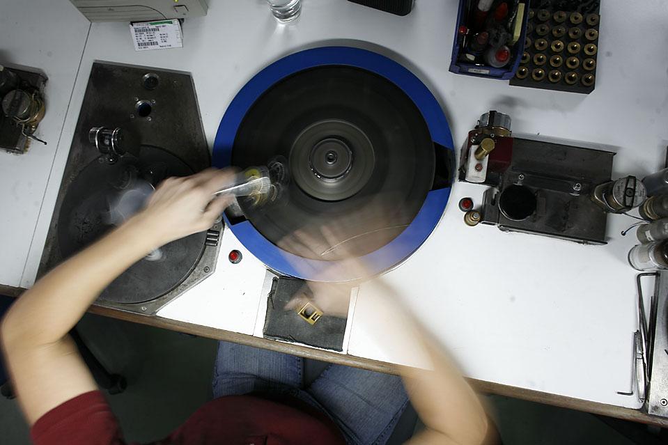 """6. Опытный шлифовальщик работает над камнем на шлифовальном круге в офисе компании «Tiffany & Co. Laurelton Di""""monds» в Антверпене. (Pierre Terdjman/Gamma for The Wall Street Journal)"""