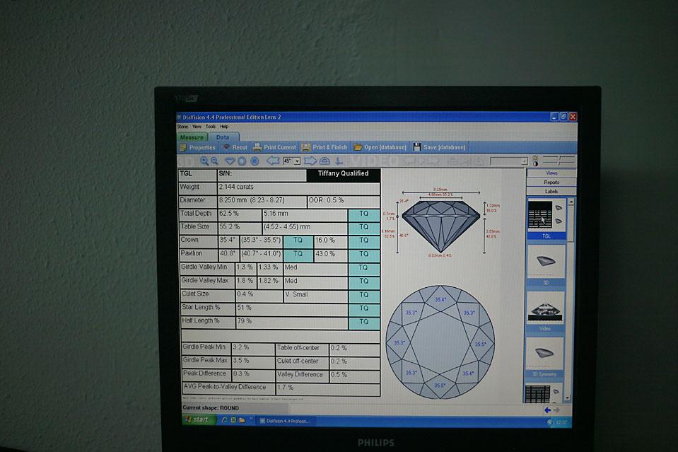 9. Компьютеризированный обзор завершенного бриллианта в офисе компании «Laurelton Diamonds» в Антверпене. Компьютеры помогают установить, удовлетворяют ли пропорции каждой грани техническим данным продавца. Этот бриллиант одобрен компанией «Tiffany» по 11 критериям. (Pierre Terdjman/Gamma for The Wall Street Journal)