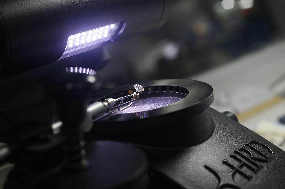 10. Практически на каждой стадии процесса по обработке и вырезке сотрудники «Laurelton Diamond» смотрят на бриллиант в увеличительное стекло. (Pierre Terdjman/Gamma for The Wall Street Journal)