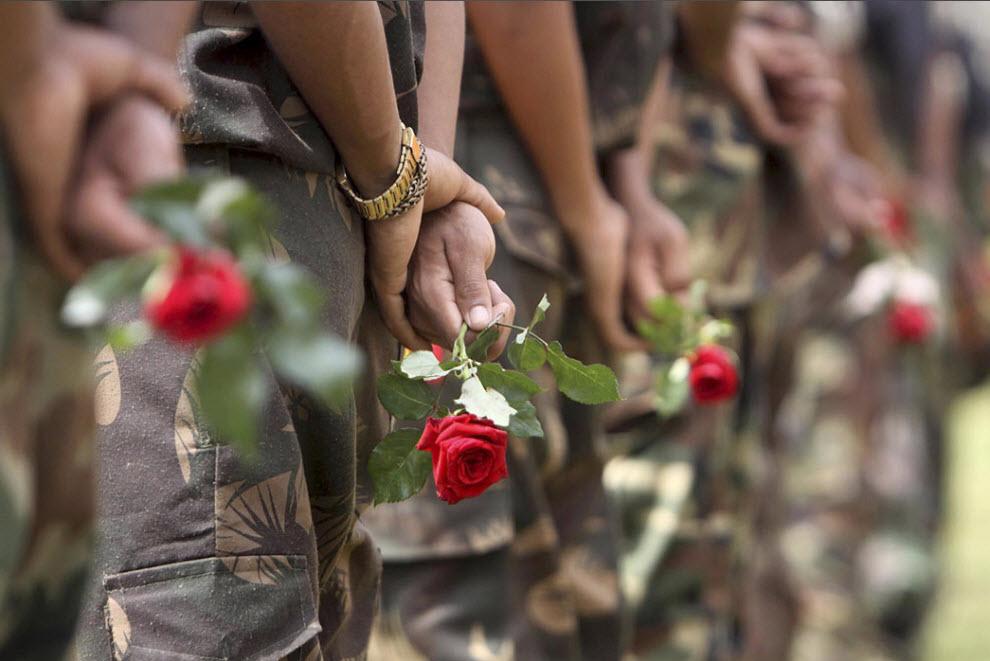 """11) Повстанцы из организации «Dima Halam Daogah», или """"Черная вдова"""", держат красные розы, которые вручили им после сдачи оружия полиции в Хафлонге, Индия, 2 октября. (Anupam Nath, AP)"""