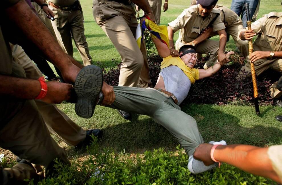 9) Тибетец в изгнании, живущий в Индии задержан полицией на акции протеста перед посольством Китая в Нью-Дели 1 октября. Тибетцы всему миру выступили в знак протеста против 60 лет коммунистического правления в Китае. (Gurinder Osan/AP)
