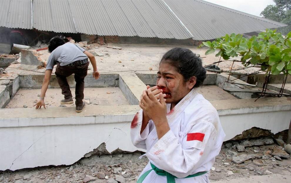 7) Раненная девочка плачет во время эвакуации после разрушительного землетрясения в Паданге на острове Суматра в Индонезии 30 сентября. Из-за землетрясения погибли сотни людей. С землей сравняло гостиницы, школы, больницы и торговые центры. (Muhammed Fitrah/Reuters)