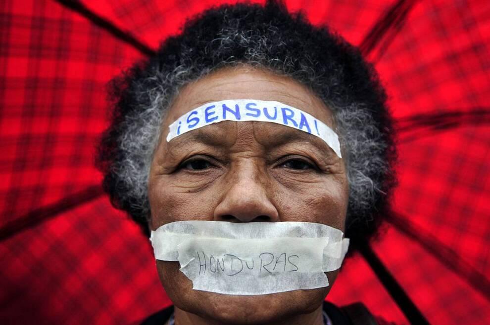 3) Женщина во время акции протеста против временного правительства Гондураса, в университете «Pedagogica», в пригороде столицы страны, Тегусигальпы, 28 сентября. (Ulises Rodríguez/EPA)