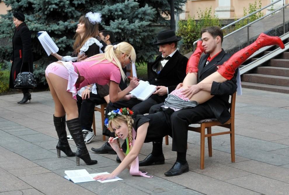 """2) Девушки """"Femen"""" показали мини-представление, как по их мнению, придётся сдавать украинским девушкам экзамены и зачёты в вузах. (AFP PHOTO/ SERGEI SUPINSKY)"""