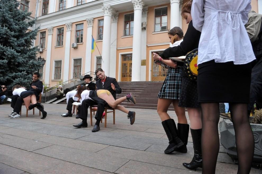 """1) 6 ноября в 12:00 у здания Министерства образования и науки Украины прошла акция """"А-та-та"""" """"с целью привлечь внимание общественности к сексуальным бесчинствам, которые творятся в ВУЗах Украины"""" (AFP PHOTO/ SERGEI SUPINSKY)"""