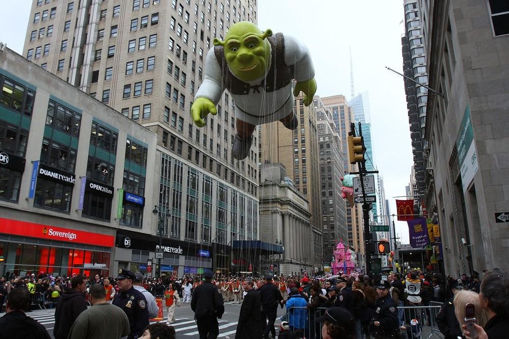14) Шрек пролетает над топлой во время парада в Нью-Йорке. (Ben Hider/Getty Images)
