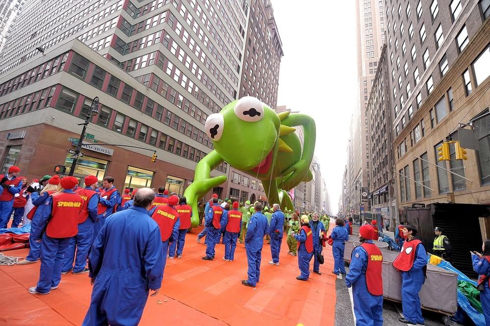 10) Лягушенок Кермит во время парада в центре Нью-Йорка. Michael Loccisano/Getty Images)