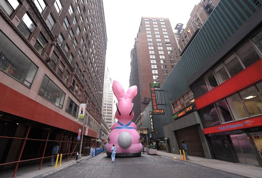 7) Последние приготовления надувной фигуры Кролика Энерджайзера. (Michael Loccisano/Getty Images)