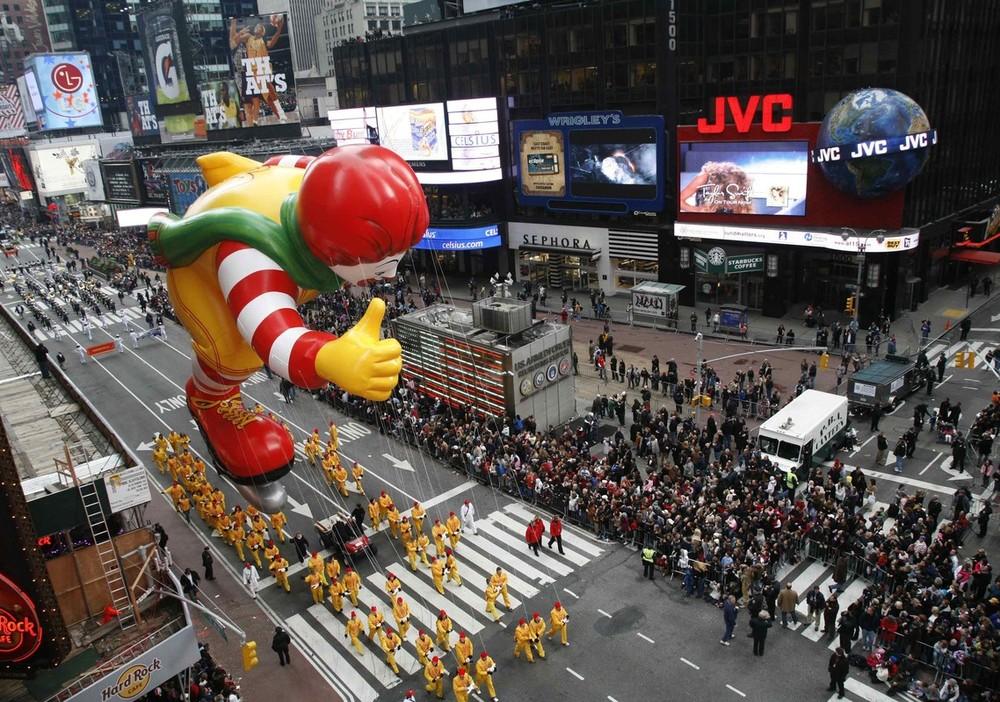 1) Клоун Рональд МакДональд пролетает над площадью Таймс Сквер 26 ноября 2006.(REUTERS/Brendan McDermid)
