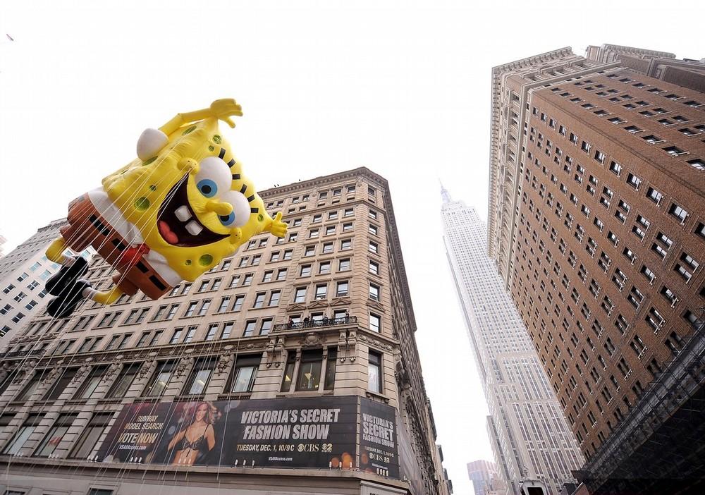 15) Губка Боб над одной из улиц Манхэттена. (Photo by Michael Loccisano/Getty Images)