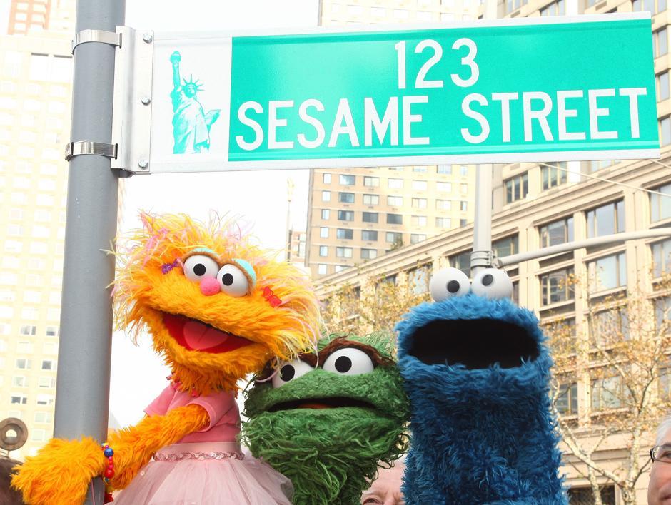 1. 9 ноября 2009: персонажи улицы Сезам Зоя, Оскар и Коржик позируют у знака '123 Sesame Street' во время празднования 40-летия шоу и временного переименования улицы Данте Парк в Нью-Йорке.