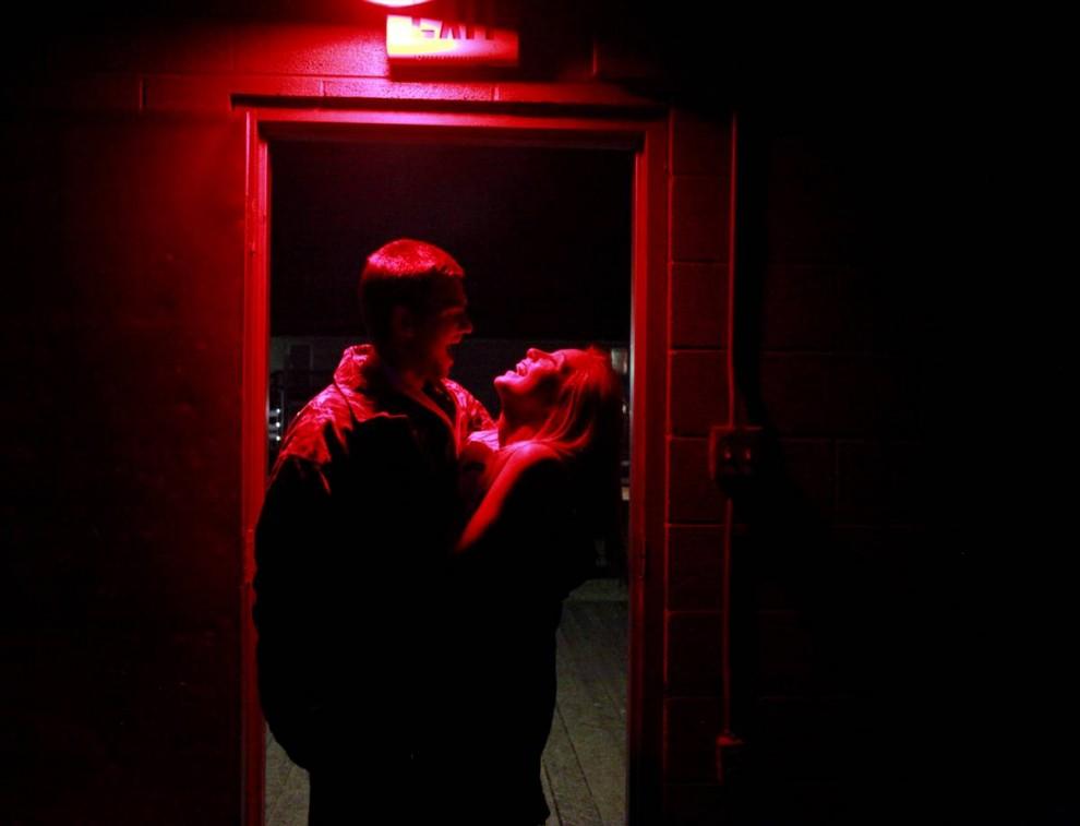 1. Паркер Тиммонс смешит свою девушку Минди Хопсон после вечеринки на Хэллоуин в доме студенческого братства Сигма Пи университета Мюррей. Тиммонс – старшекурсник из Централи, штат Иллинойс, является членом Сигма Пи и встречается с Минди Хопсон из Хендерсона, штат Кентукки, уже 10 месяцев. (Sara Naomi Lewkowicz/2009 Mountain Workshops)