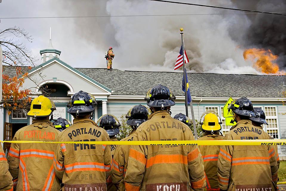 1) Пожарные тушат пожар в здании начальной школы Марисвиль в Портленде, штат Орегон. (Bruce Ely/Associated Press)