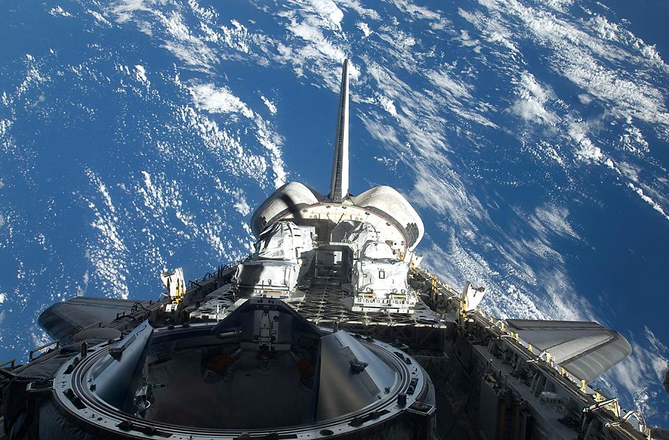 1) Вид на шаттл Атлантис на фоне Земли. Этот снимок был сделан одним из членов экипажа НАСА. Шаттл прибыл на Международную космическую станцию в среду, чтобы остаться на МКС на неделю. Астронавты быстро разгрузили огромную платформу заполненную запасными частями. (Associated Press/ NASA)