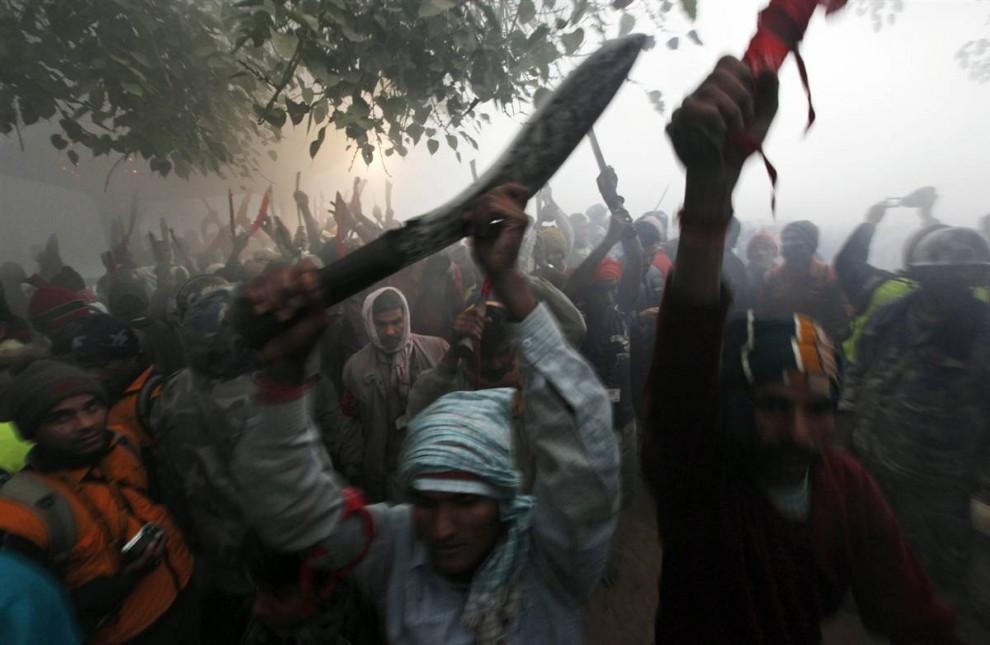 1) Tinggi mengangkat parang, orang-orang ini - beberapa dari sekian banyak yang mengambil bagian dalam pengorbanan religius massa kerbau di kuil Gadhimay (Gadhimai) di Bariyapur desa (Bariyapur), selatan Kathmandu pada 24 November.  Ratusan ribu orang Hindu berkumpul di kuil, di mana setiap tahun mengorbankan binatang untuk menenangkan dewi Hindu Gadhimai.  Festival telah menyebabkan protes oleh para aktivis, hak-hak binatang.  (Gemunu Amarasinghe / AP)