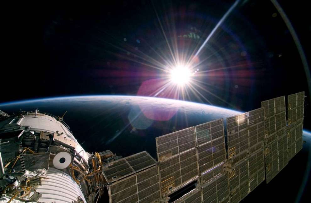 1. Солнце приветствует Международную космическую станцию 22 ноября. Снимок сделан со стороны российской части станции членом экипажа шаттла «Атлантис». (NASA via AP)