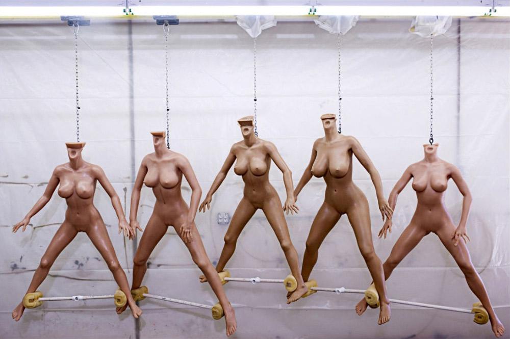 1. «Abyss Creations» — компания, расположенная в богатом городке Сан Маркос в южной Калифорнии, — производит «лучшие в мире куклы для любви». Эти дорогие силиконовые куклы в реальную величину (примерно 7000 долларов за каждую) сделаны вручную. С момента начала производства кукол в 1996 году компания продала 4 000 штук. Клиенты могут выбрать один из семи предложенных типов фигуры. С точки зрения анатомии куклы выполнены правильно. Наиболее популярна самая маленькая фигура, так как она меньше всех весит (36 кг). Сделанные из силикона, эти куклы весят как настоящие женщины.