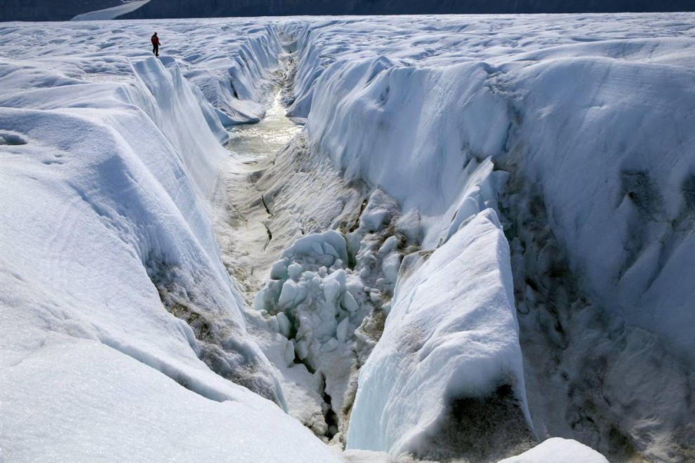 1. Эта трещина в леднике Петерманн в Гренландии когда-нибудь окончательно разойдется, создав огромный дрейфующий айсберг. Каждый год ледники Гренландии отделяются в море, прибавляя уровень воды. (Nick Cobbing / Greenpeace)