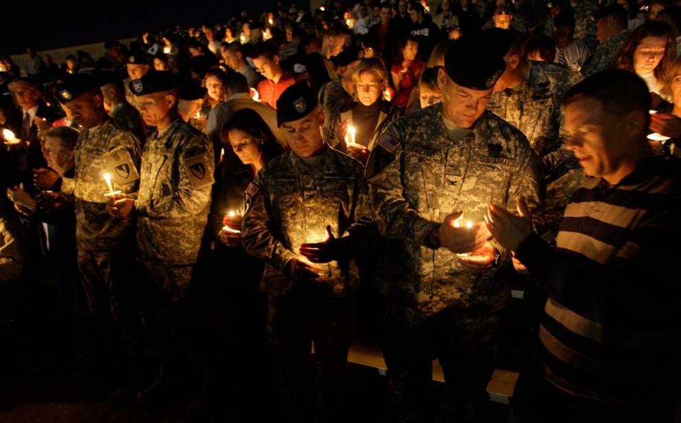 1. Солдаты держат свечи на ночном бдении в Форт-Худ, Техас, 6 ноября. (Lm Otero / AP)