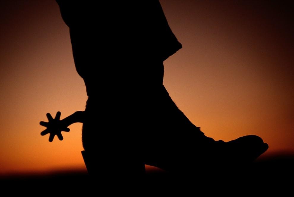 2. Сапог со шпорой на фоне заката в Санта Фе, Нью-Мехико. Подобные символы дикого запада все еще пользуются большой популярностью в жизни Нью-Мехико. (Todd Gipstein)