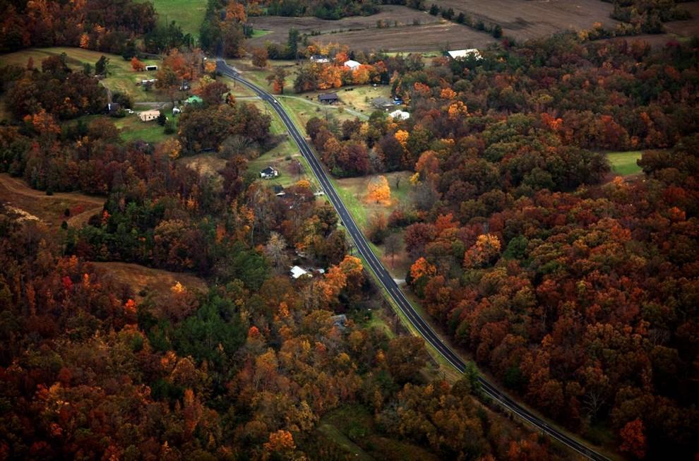 2. Осенние цвета понемногу сменяют летнюю зелень на деревьях в Мюррее, штат Кентукки. Этот университетский городок недалеко от озера Кентукки в западной части штата с удовольствием приветствует смену времен года. (Daniel Houghton/2009 Mountain Workshops)