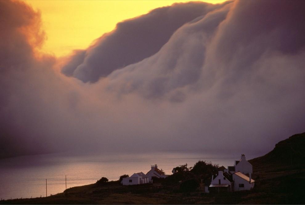 2. Лиловые облака нависли над побережьем шотландского острова Скай словно затуманенные горы. Остров Скай входит в состав Внутренних Гебридских островов на западном побережье Шотландии. (Jim Richardson)