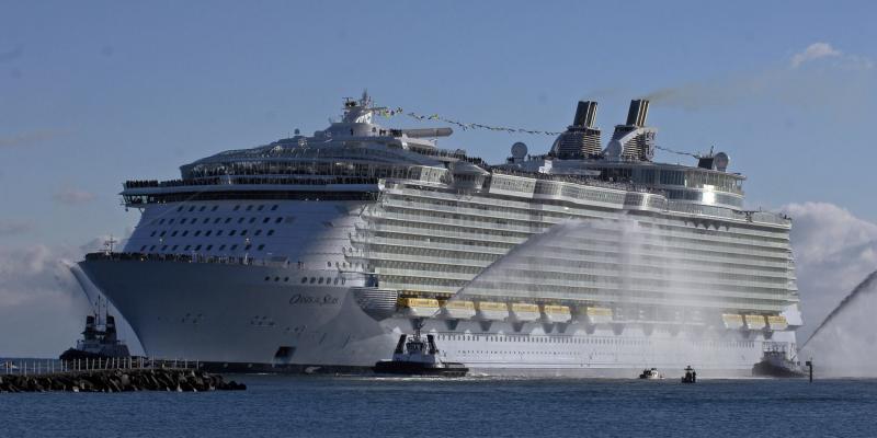 2. Новейший круизный лайнер компании «Royal Caribbean International» «Оазис морей» заходит в Порт Эверглйэд, штат Флорида, 13 ноября 2009 года. На сегодняшний день «Оазис морей» является крупнейшим и самым инновационным судном в индустрии круизов и туризма. (UPI/Joe Marino-Bill Cantrell)