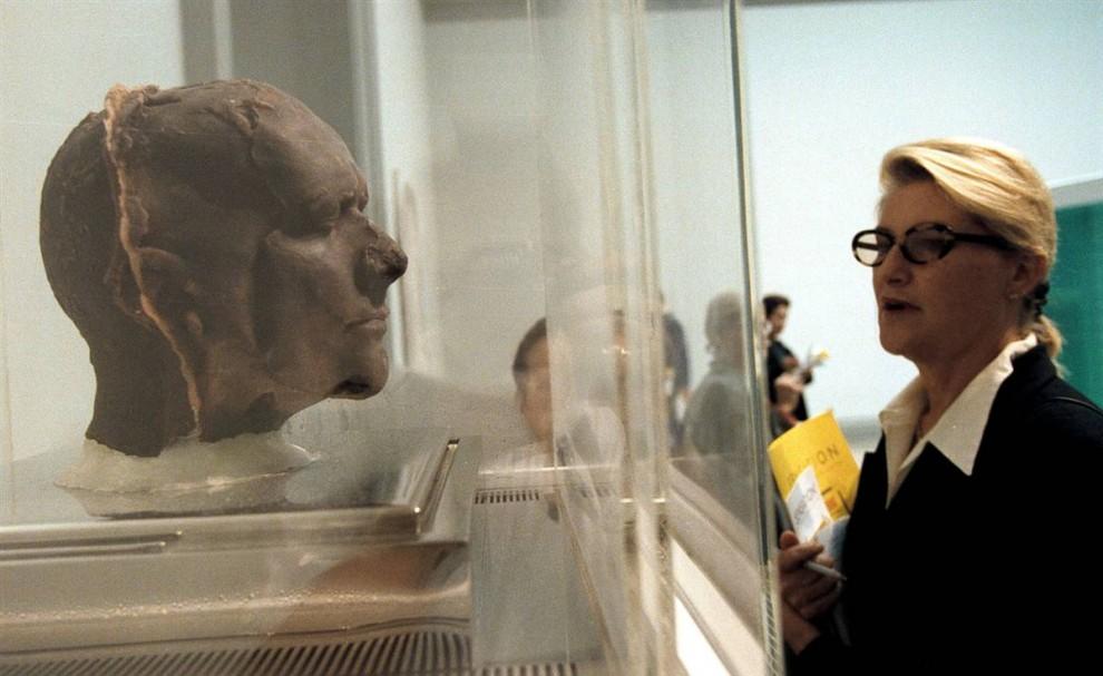 2. Эта скульптура называется «сам» и выполнена художником Марком Куинном. Она хранится в холодильном контейнере, так как изготовлена из замороженной крови художника. (Richard B. Levine/Getty Images)