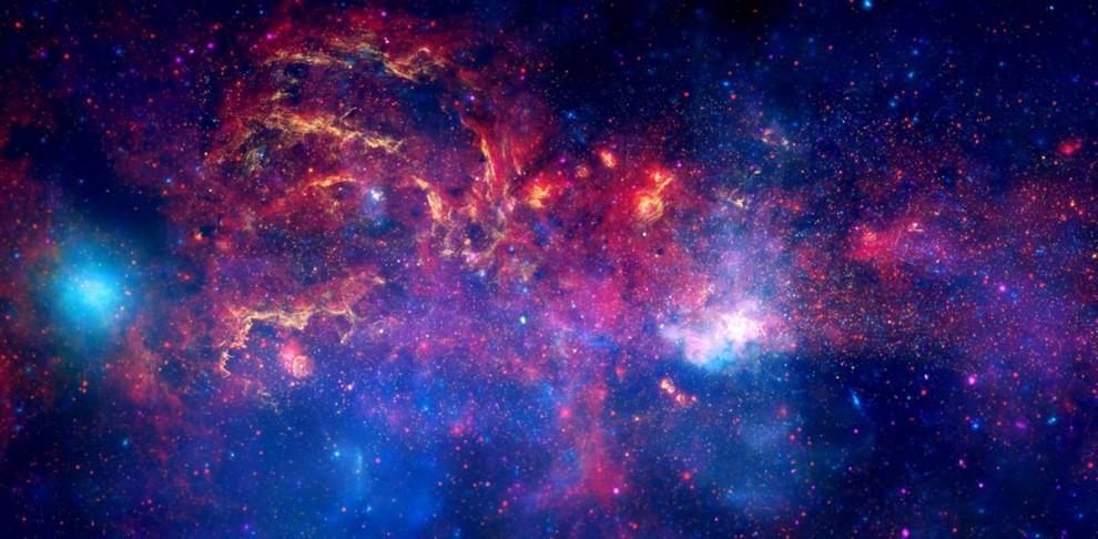 2. На этом восхитительном снимке использовались различные цвета, чтобы выделить центральный регион Млечного Пути в видимом (желтом) свете, а также инфракрасном (красный цвет) и рентгеновском свете (голубой и фиолетовый). Космические телескопы «Хаббл», «Чандра» и «Спитцер» внесли свой вклад в этот снимок, опубликованный 10 ноября. Телескопы, распознающие инфракрасные и рентгеновские длины волн могут видеть сквозь пыль и распознавать напряженную активность рядом с галактическим ядром. (NASA/ESA/SSC/CXC/STScI)