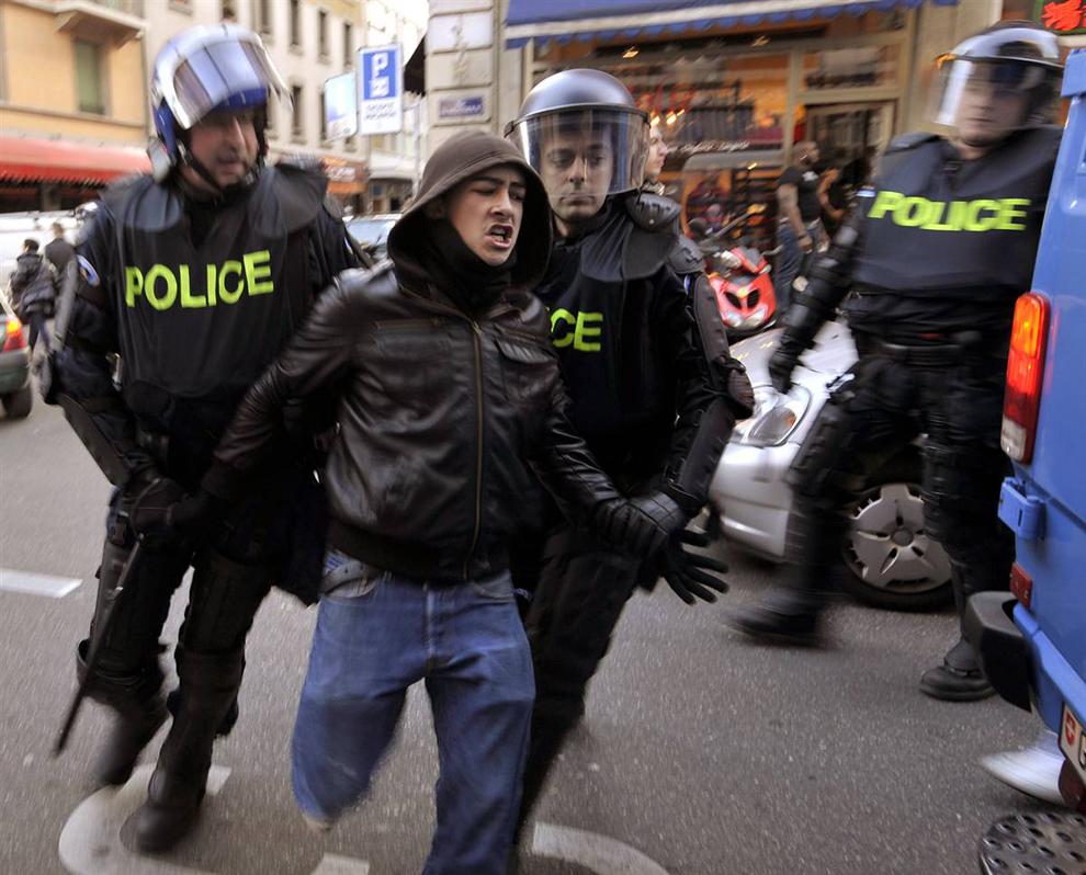 6) Арест одного из участников акции протеста. В итоге, были арестованы 33 человека. (Fabrice Coffrini / AFP - Getty Images)