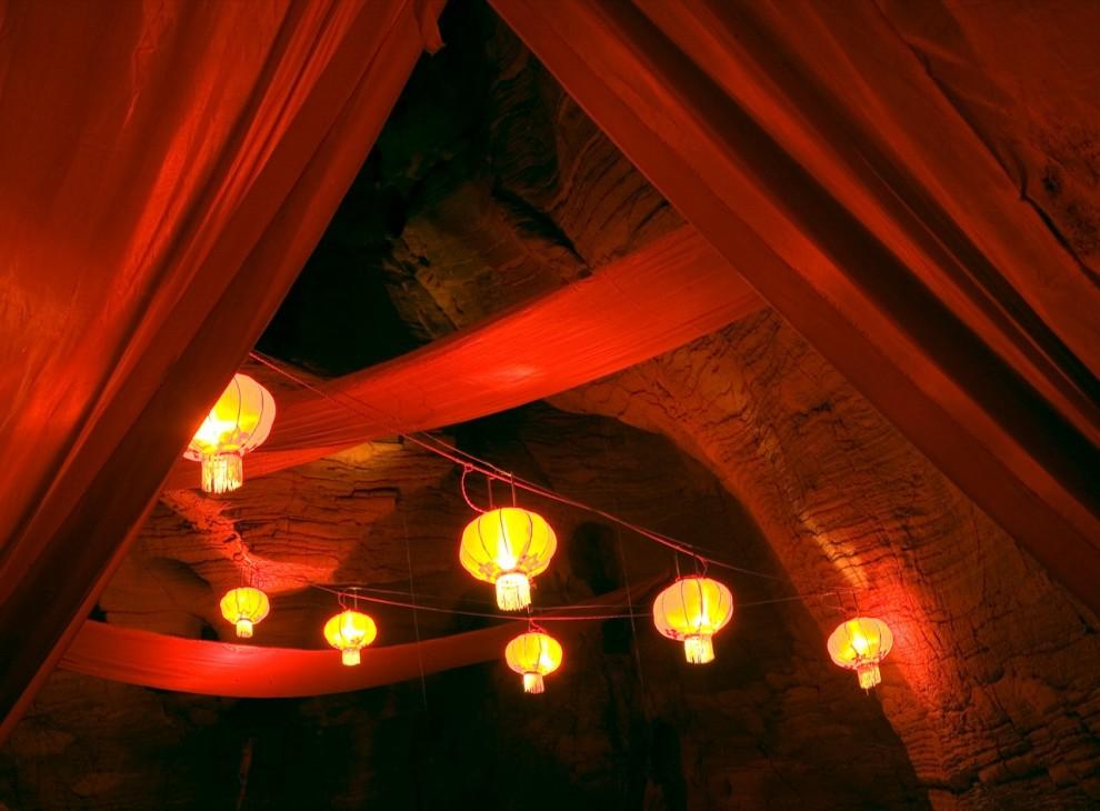 2. Богатые красные шторы и бумажные фонарики с мягким светом превратили пещеру в волшебный зал для венчания в китайской провинции Хубэй. Красный – традиционный цвет на китайских свадебных церемониях. (David Evans)