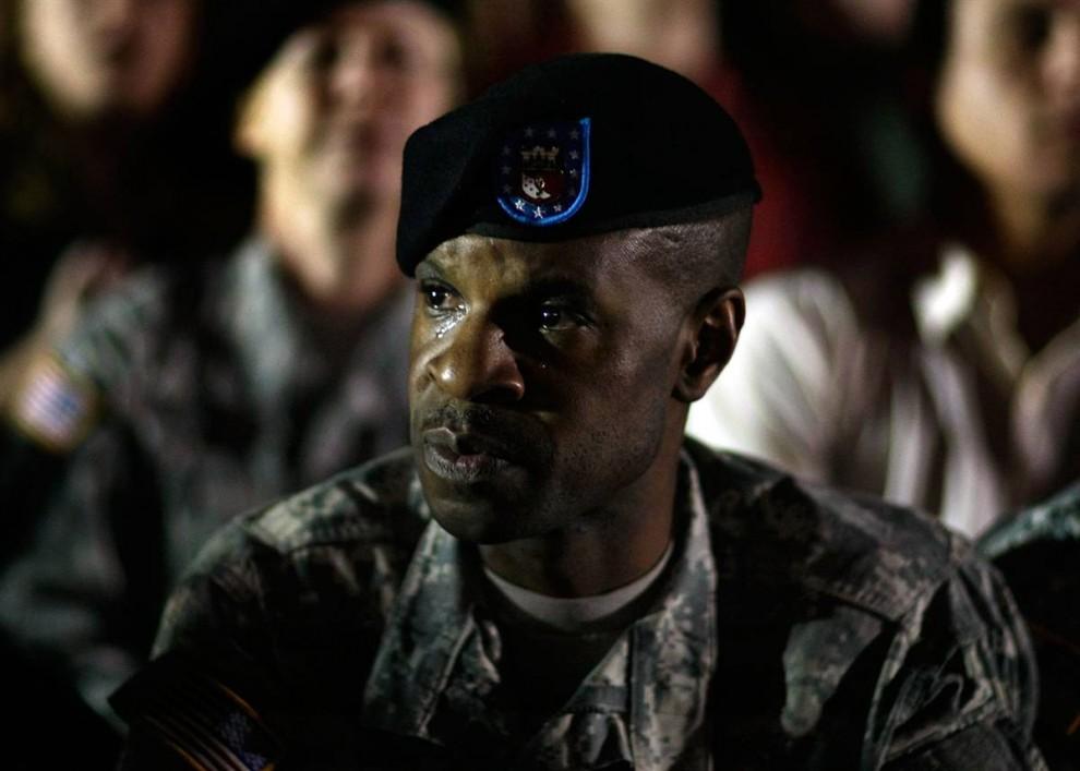 2. Сержант-майор армии США Терренс Мерфи плачет во время ночного бдения по погибшим и раненым в Форт-Худ, после того, как майор Нидал Малик Хасан открыл стрельбу 6 ноября в Киллине, Техас. (Joe Raedle / Getty Images)