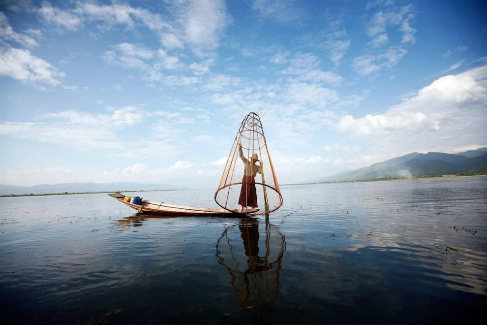 3. Рыбак устанавливает ловушку на озере Инле, Мьянма, - одной из самых популярных достопримечательностей среди туристов. (Soe Zeya Tun / Reuters)