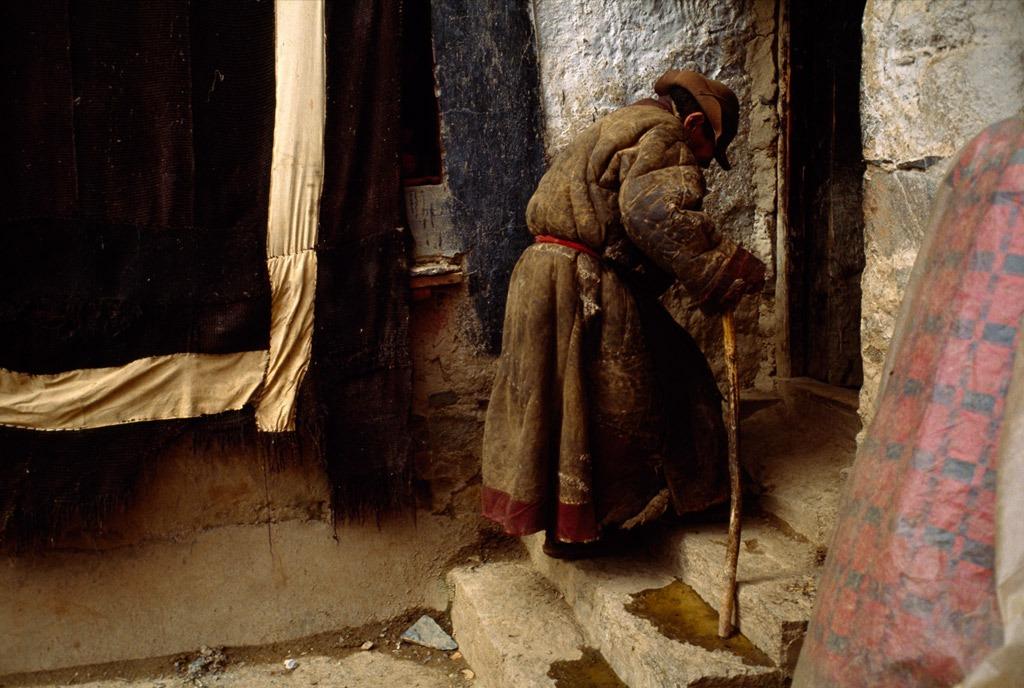3. Пожилая монахиня поднимается по ступенькам в женском монастыре Тидрум в Тибете. Это отдаленное место привлекает паломников, желающих искупаться в горячих источниках, известных своими исцеляющими способностями. (Justin Guariglia)