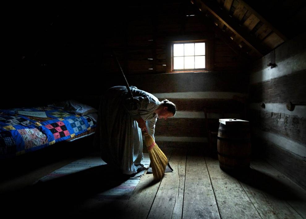 3. Дженнифер Робертс из Уайтсбурга, штат Кентукки, выметает азиатских божьих коровок со второго этажа заведения «Double Pen House», которое представляет собой стилизацию под рабочую ферму 1860-ых годов. Робертс подметает полы несколько раз в день, чтобы избавиться от насекомых, которые норовят забраться в пол между досками, чтобы впасть там в зимнюю спячку. (Joshua Lee Kelsey/2009 Mountain Workshops)